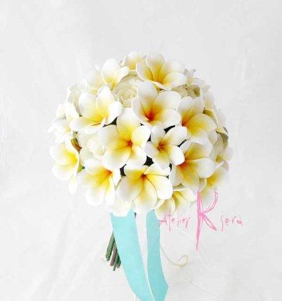 画像2: 造花オーダーメイド ボリュームクラッチブーケ25・ブトニア・ハクレイ(花冠)(プルメリア&ローズ)